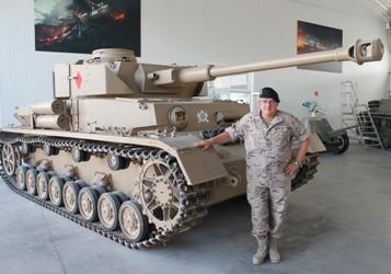 El coronel Llorca durante la visita