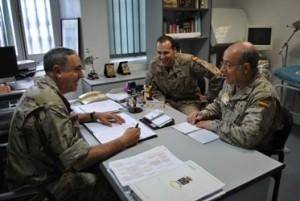 De izquierda a derecha el teniente coronel médico del Solar, el cabo sanitario Zafra y el teniente coronel enfermero de la Hoz.