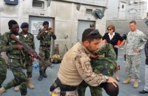 El cabo 1º Asencio impartiendo defensa personal ante la presencia de la Embajadora de los EEUU en Angola.