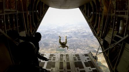 Paracaidista saltando