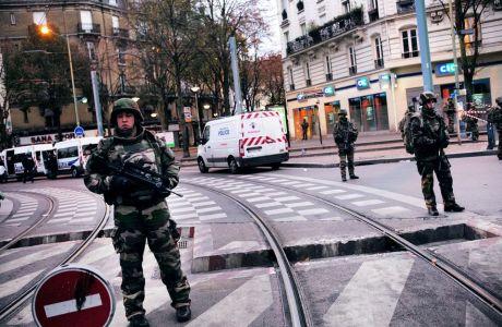 Militares controlan el perímetro de seguridad durante el asalto en Saint-Denis