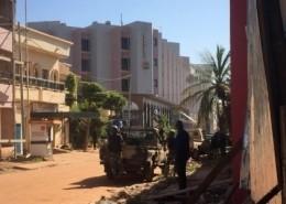 Soldados de Mali toman posición alrededor del hotel Radisson Blu de Bamako