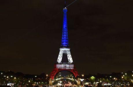La Torre Eiffel con los colores de la bandera francesa en homenaje a las víctimas del 13-N