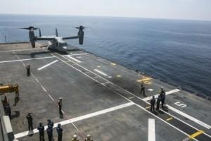 Un avión MV-22B Osprey atteriza en el buque de asalto anfibio español Juan Carlos I durante un ejercicio de Cualficación de Aterrizaje en Cubierta