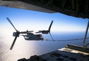 Un MV-22B Osprey engancha un cable de reabastecimiento de combustimble en un KC-130J durante un ejercicio iniciado en Morón de la Frontera (US Marince Corps photo, 1st Lt. Danielle Dixon)