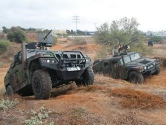 URO VAMTAC (izq.) y Hummer (der.) subiendo una pendiente.