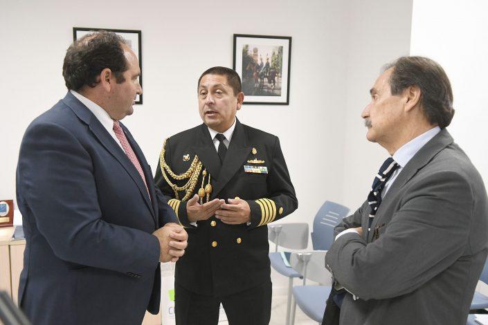 De izda. a dcha.: Dr. D. Carlos González de Escalada, presidente de CISDE, Capitán D. Aldo Vásquez, agregado naval de Perú; y el cónsul de Perú en Sevilla, D. Gonzalo Alonso Zapater.