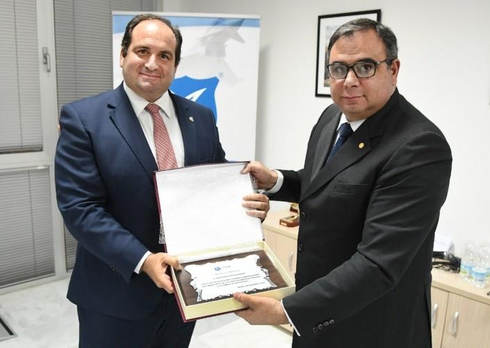 C. Alm. D. Santiago Llop, director de Instituto de Estudios Estratégicos y Marítimos, recibe el galardón de manos de D. Carlos González de Escalada, presidente de CISDE.