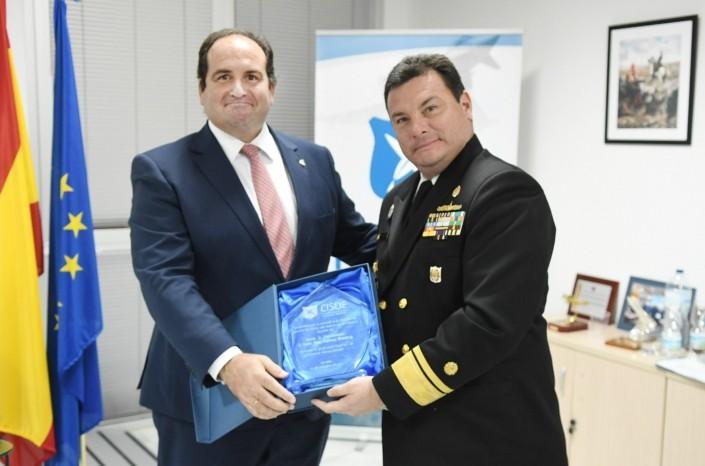 C. Alm. D. Carlos Tupac Yupanqui, director de la Escuela Superior de Guerra Naval (ESUP), recibe el galardón de manos de D. Carlos González de Escalada, presidente de CISDE.