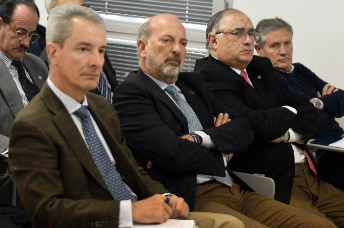 En primera fila, el coronel ilmo. D. Julio Serrano, el subdelegado del Gobeirno en Sevilla, D. Ricardo Gil-Toresano, y otras personalidades.
