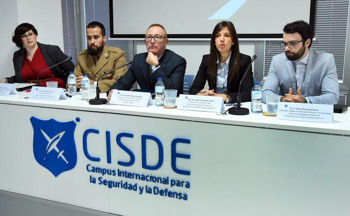 Mesa de ponentes. En el centro: D. Fernando Toboso (GICI) y los miembros del Grupo de Investigación Académica sobre Financiación del Terrorismo Yihadista (GIAFTY).