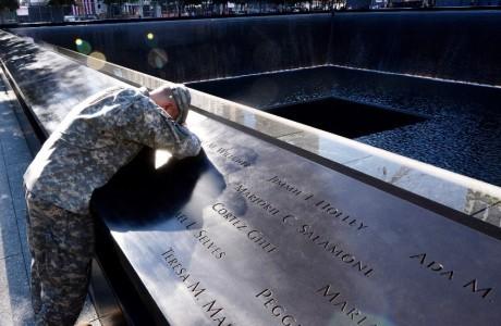 Soldado estadounidense en el monumento a las víctimas del 11-S