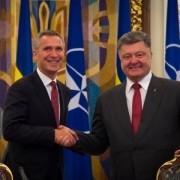 Jens Stoltenberg y Petro Poroshenko