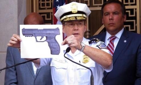 La Policía Local muestra el arma que portaba el menor