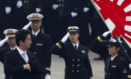 Shinzo Abe saludando a la Armada