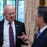 A la izquierda, , James Clapper,Ex- Jefe de Inteligencia de Estados Unidos