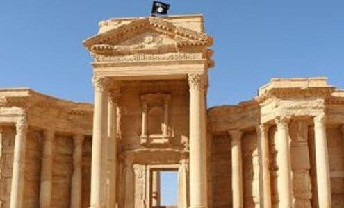 Ciudad histórica de Palmira con una bandera del Daesh