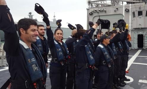 Miembros de la dotación despidiendo a sus familiares desde la cubierta de vuelo