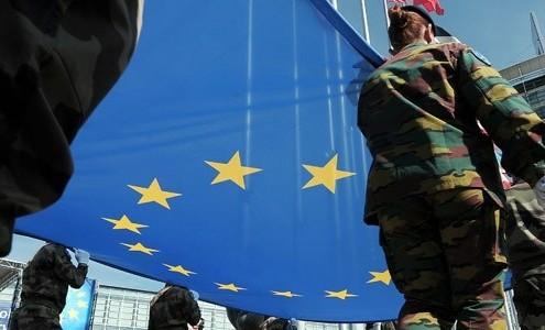 La Bandera de la Unión Europea llevada por militares