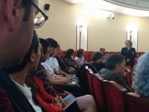 Con el alumnado de CISDE, en el público también la europarlamentaria Mayte Pagazaurtundua.